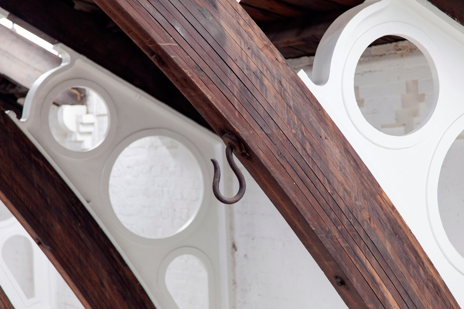 German-Gymnasium-x-The-Spaces-by-Emli-Bendixen_Laminated-roof-timbers-showing-cast-iron-fillets-and-supporting-brickwork,-and-original-cast-iron-hooks