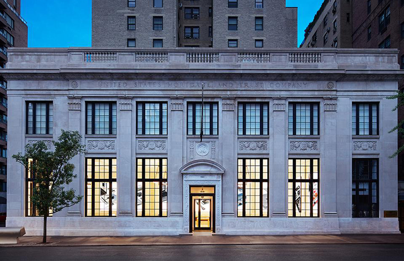Apple s new store takes over a beaux arts bank in new york for Architecture companies in nyc