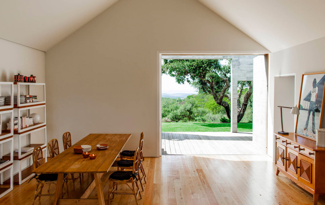 Rental of the week a concrete country home in portugal for Comport room design