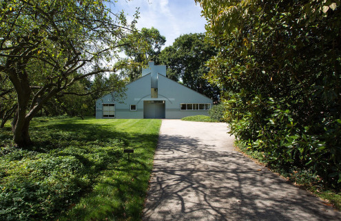A post-modern icon by Robert Venturi hits the market