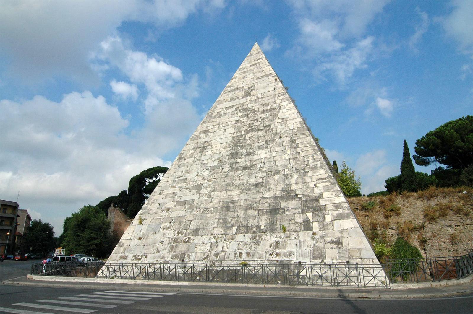 Rome architecture: the Pyramid of Cestius