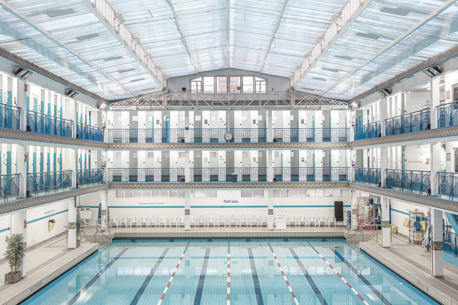 Paris incredible swimming pools photographed by ludwig favre for Piscine pontoise