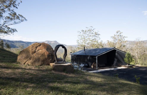 Black Star Barn captures mountain views in New South Wales