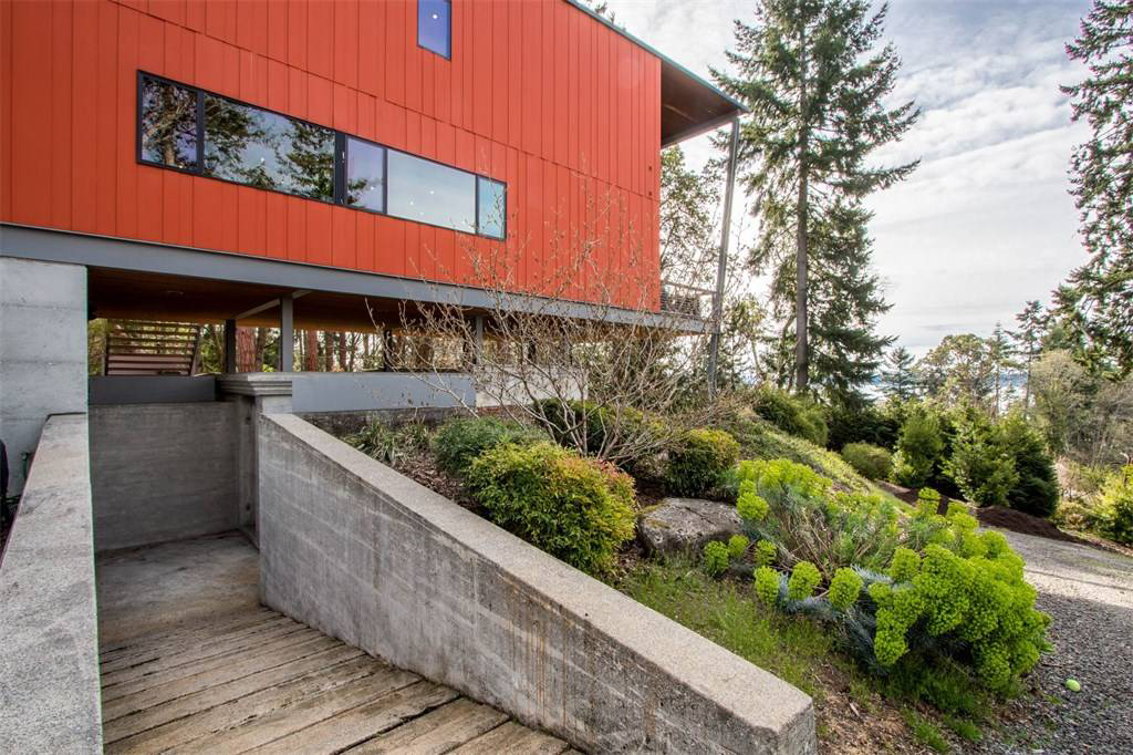 Steel-framed Washington home sits atop a military bunker