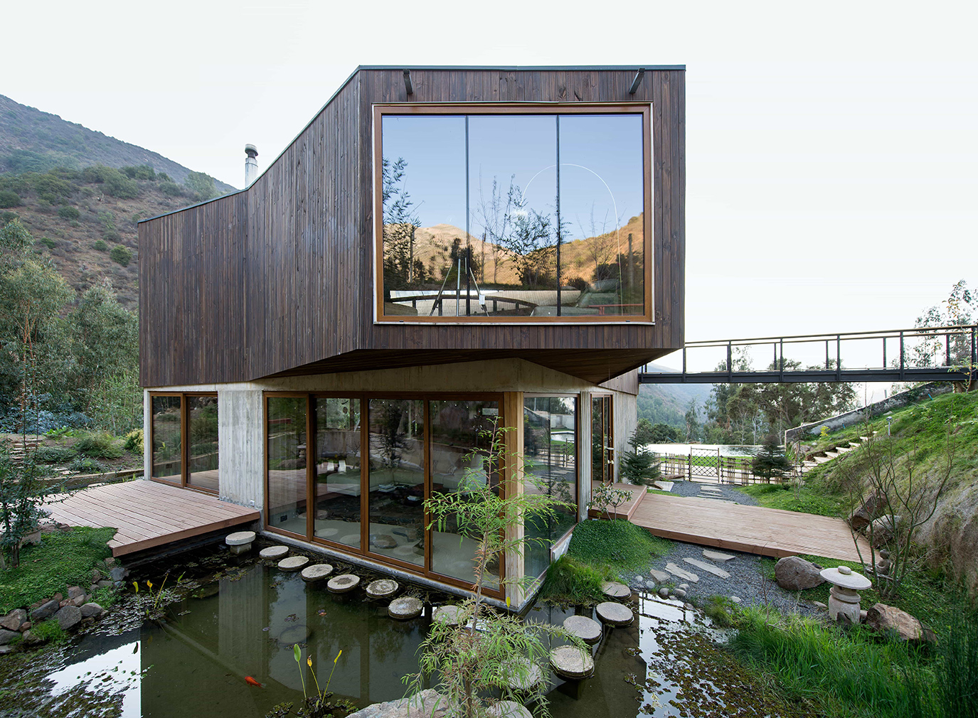 Casa El Maqui is a timber-clad mountain retreat near Santiago